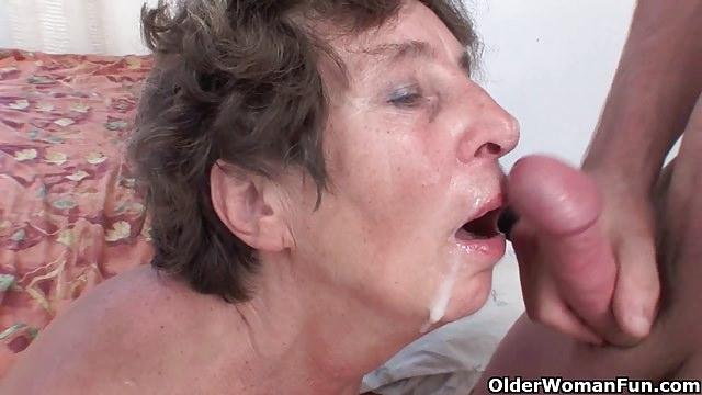 Behaarte Oma läßt sich vom 18 Jährigen anal ficken