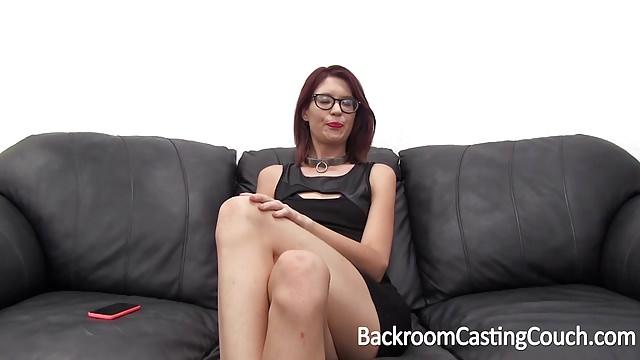 Sexcasting girl mit gepiercten Minititten beim Analsex