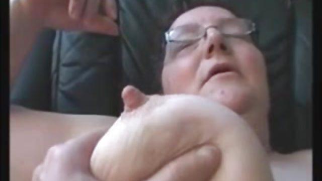 Die fette Oma wird hemmungslos gefistet