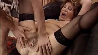 Extrem häßliche Oma wird von jungen Burschen hart ran genommen.