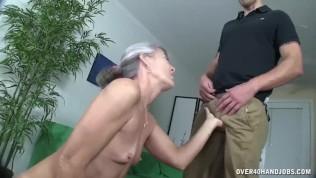 Geile Oma mit Minititten wichst Schwanz und befriedigt sich selbst dabei