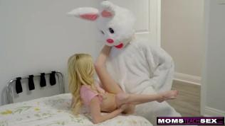 Mutter und Tochter ficken den jungen Burschen.