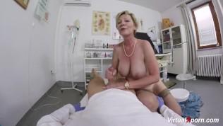 Oma in Arztpraxis gefickt und auf die Hängetitten gespritzt!