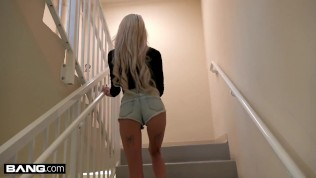 Sexy Blondine mit Minititten als HD Porno gefilmt.