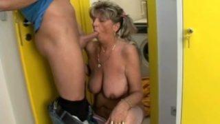 Nur blasen kann die 60 Jahre alte Oma wie keine andere!