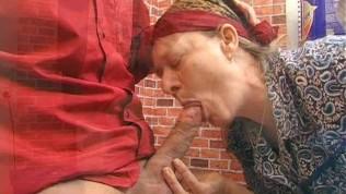 Alte Hausfrau wird von Fickspecht während der Hausarbeiten genagelt.