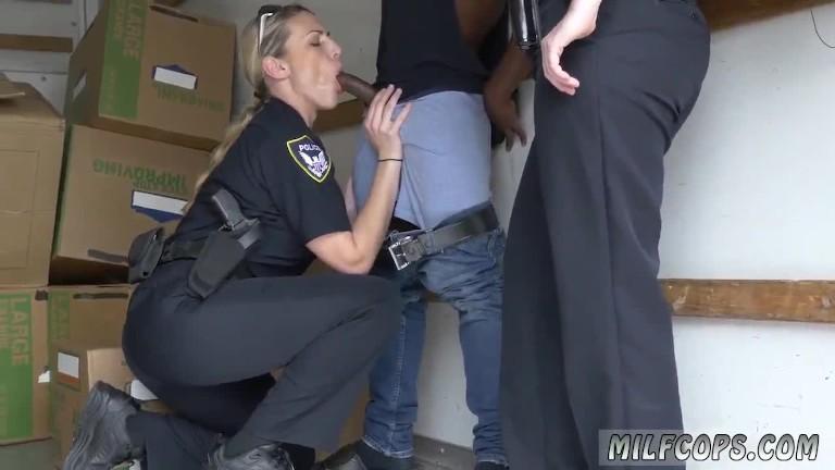 Buchse runter – Polizeieinsatz zum blasen. Flüchtling muss sich von Polizeischlampe einen blasen lassen.