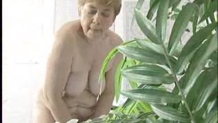 Oma nackt masturbiert live im Wohnzimmer.