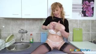 Geile Hausfrau befriedigt sich selbst in der Küche!